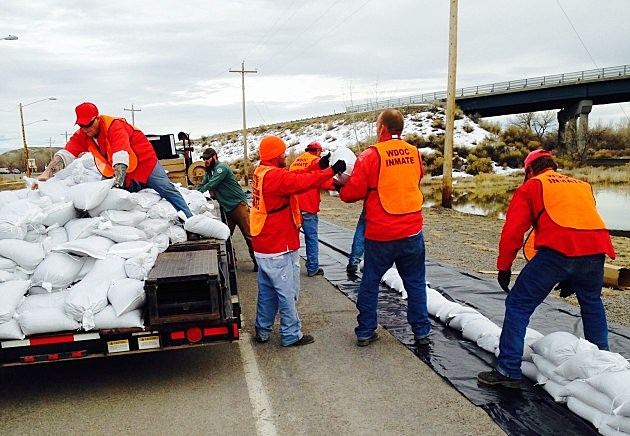 Inmates help build sandbags