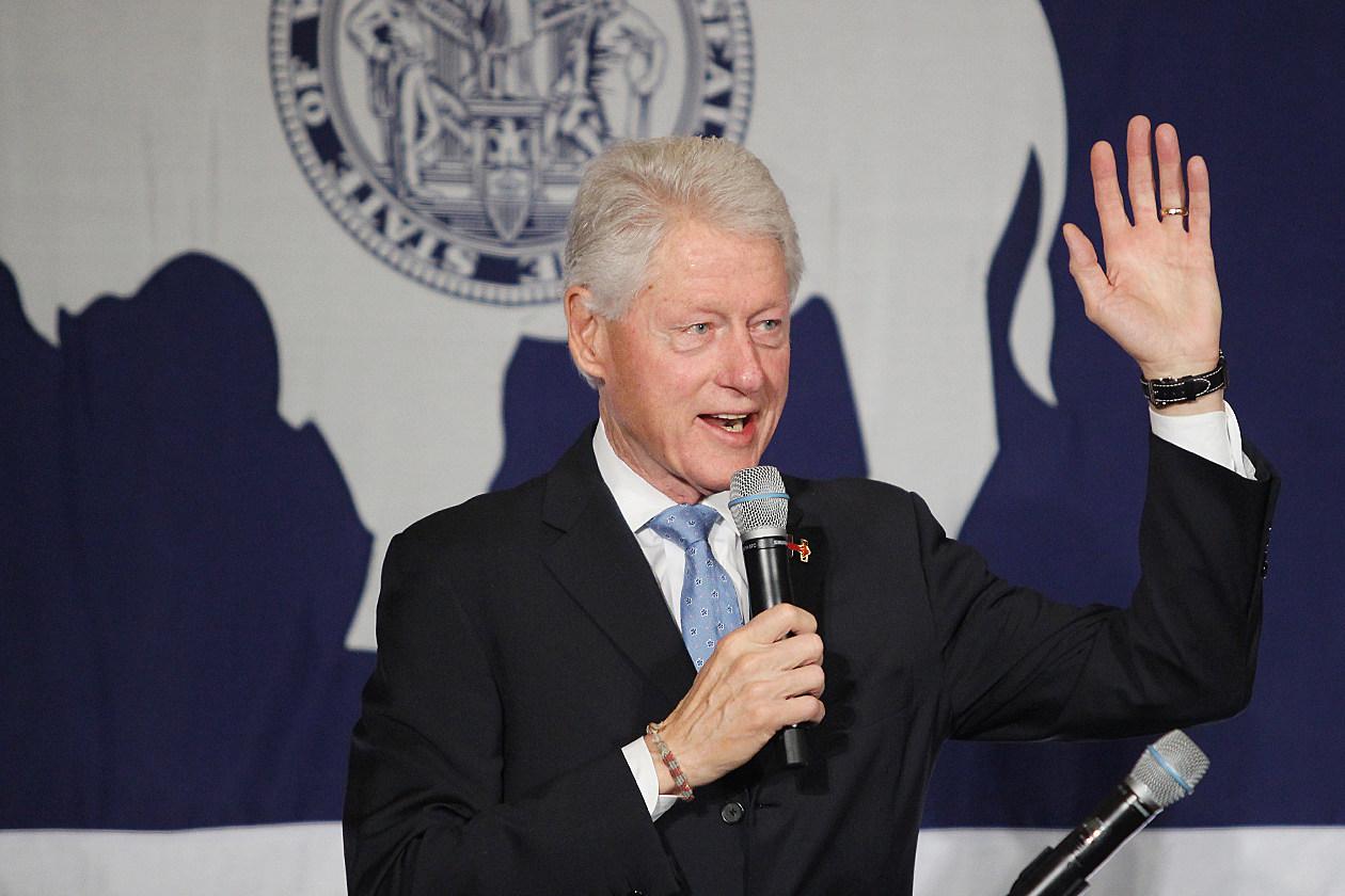 Hillary clinton bernie sanders campaigns disagree on debate date in